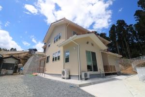 新築住宅02・南相馬市の施工例、3色瓦の吹き抜けのあるかわいい家